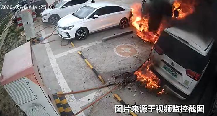 导致三车报废 郑州日产帅客EV充电站自燃